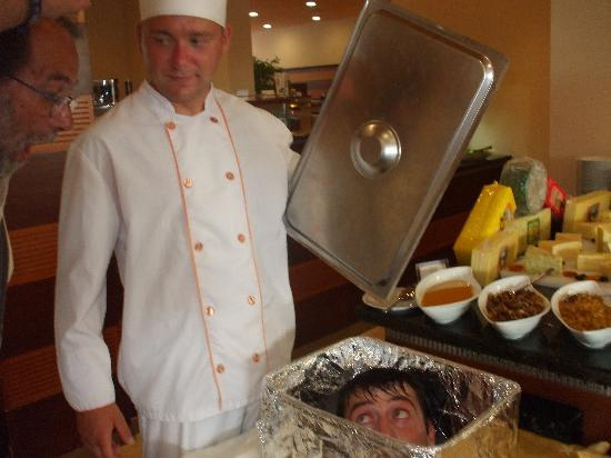 IBEROSTAR Sunny Beach Resort: Diversão na refeição.Tinha muita graça pois havia pessoas que se assustaram