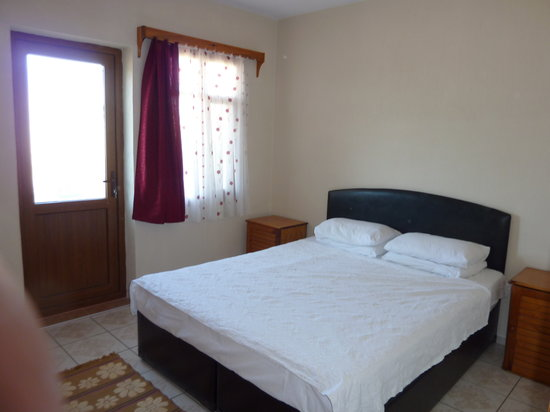 Villa Gardenia Apartments: Spacious comfortable bedroom, nice bed