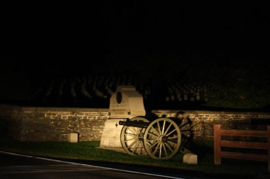 Gettysburg, PA: Eine Kanone, dahinter die Gräber der gefallenen.