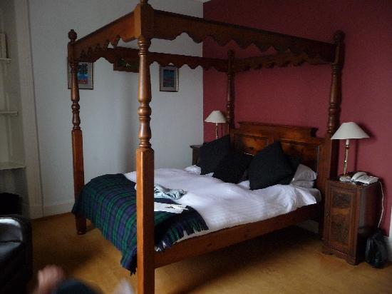 The Royal an Lochan: Four poster bed!