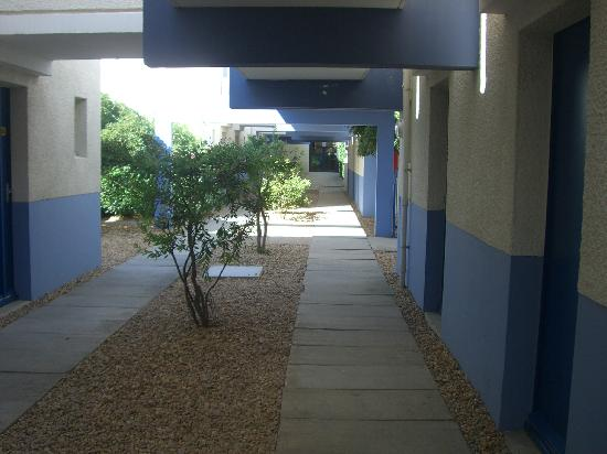 Lagrange Confort+ Residence Village Club de Camargue : patio accès logement