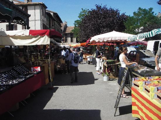 Trausse, Francia: A market in a nearby village, every day