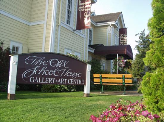 Qualicum Beach, Kanada: The Old School House Arts Centre is the cultural heart of the community featuring resident artis