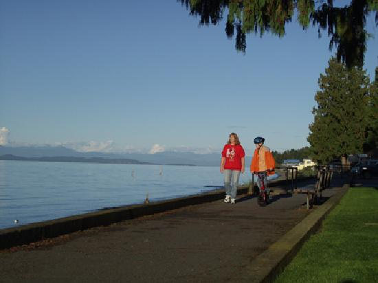 Pantai Qualicum, Kanada: Strolling Qualicum's beachfront promenade is a visitor must-do
