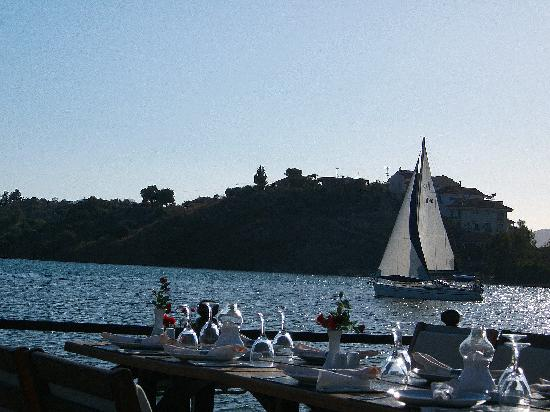 Plage de Calis : Watch the sailing ships pass by