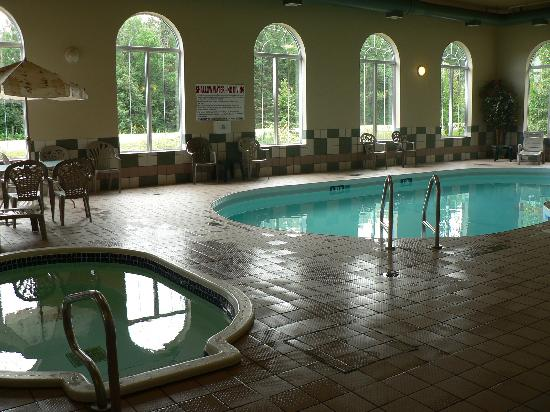 Days Inn & Suites - Thunder Bay: Pool and whirlpool area at Days Inn Suites Thunder Bay