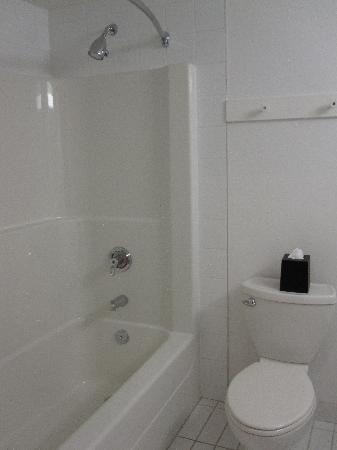 Four Points by Sheraton Prince George: Bigger shower and tub.
