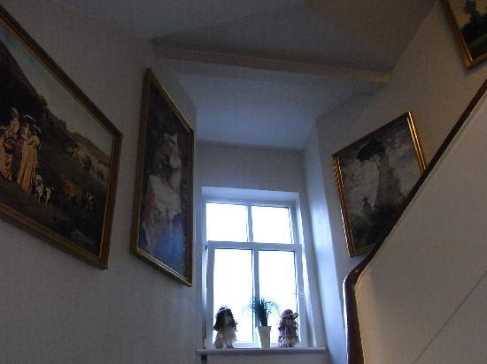 Milling Hotel Windsor, Odense : 至る所に絵画が飾られている。小さいエレベータもある