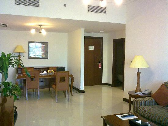Star Metro Deira Hotel Apartments: Sitting room come dining room