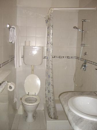 Il bagno, piccolo e brutto, non da albergo a 4 stelle! - Picture of Grand Hotel Bellevue, Merano ...