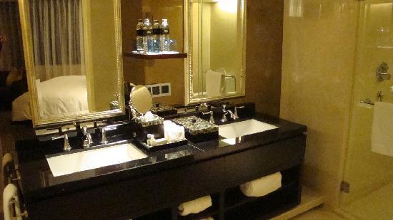 Mandarin Oriental Jakarta: Bathroom with bath-tub