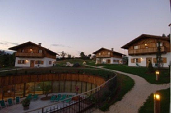 Coredo, Italy: il parco e visuale del resort al tramonto