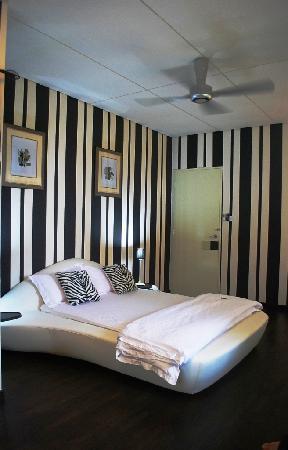 Chymes: Stylish Vanilla Black room