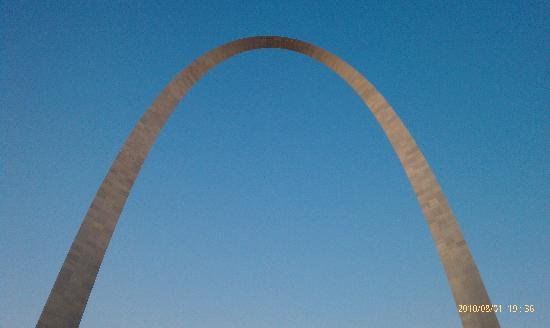 Gateway Arch: The Arch up close.