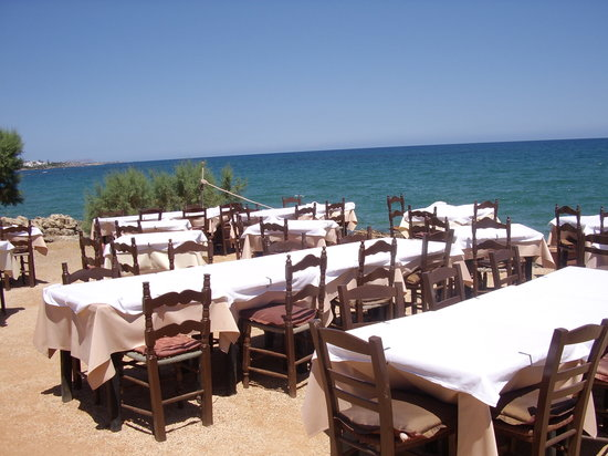 Restaurant Creta: Tables right nest to sea