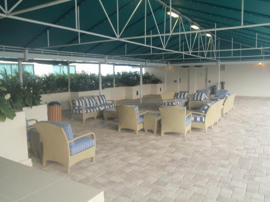 Fort Lauderdale Marriott North: pool lounge area