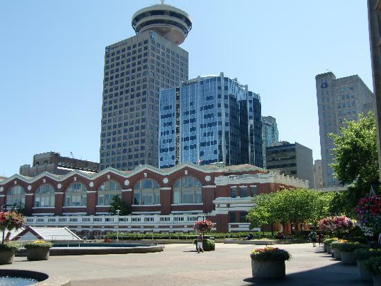 Vancouver, Canada: Hafengebäude im Vordergrund (Blick zur Stadt)