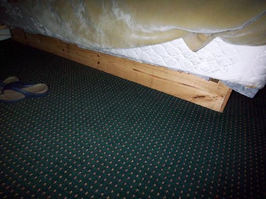 Motel Super 7: Home Depot bed frame