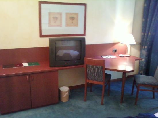 Una Hotel Brescia : Scrivania parecchio rovinata