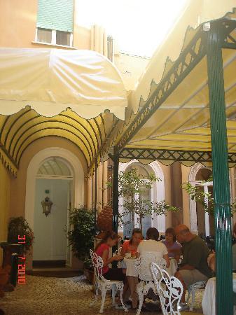 Albergo del Sole Al Pantheon: Patio pour le petit déjeuner