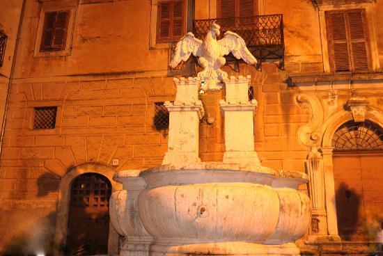 Arpino, อิตาลี: Fontaine (faucon emblème de la ville)