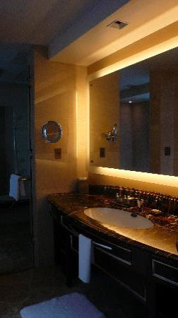 Shangri-La Hotel, Tokyo: the splendid bathroom