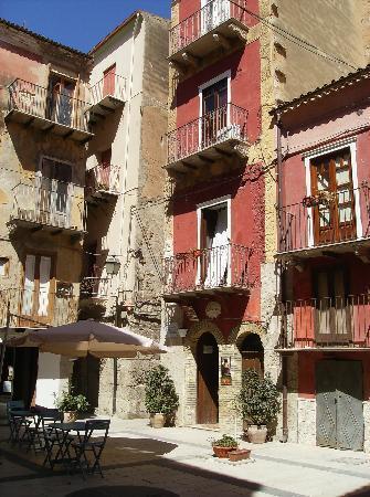 Licata, Italien: Il b&b visto dalla piazzetta adiacente