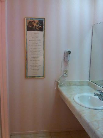 Beachwalker Inn: ba. sink area, private toilet and tub/shower