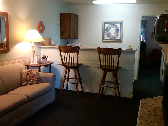 Beachwalker Inn: living room area, gas fireplace is on right