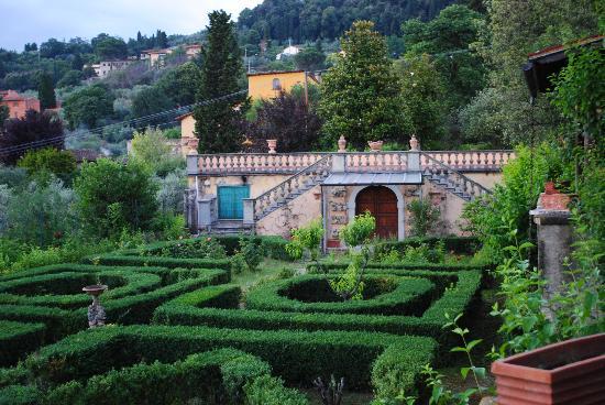 Villa I Cancelli: Hedge Garden on the Grounds