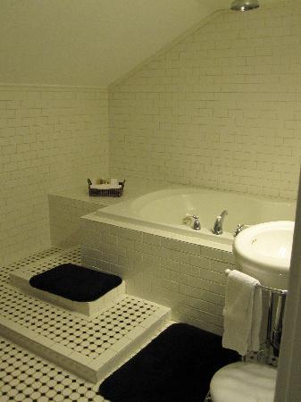 The Craftsman Inn: Jacuzzi tub with rain shower