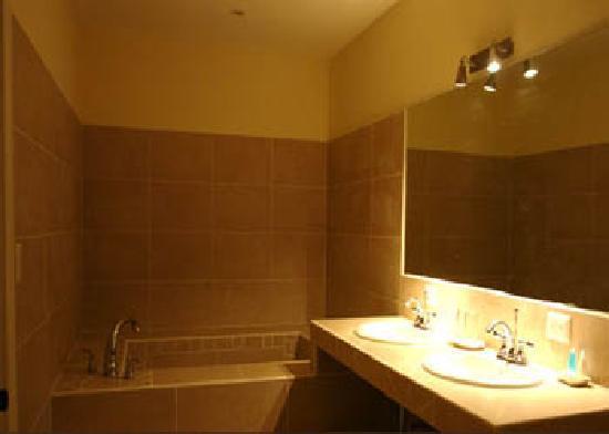Hotel Luisiana: bath suite