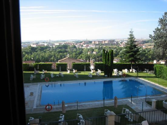 Parador de Zamora: View of the pool from our room