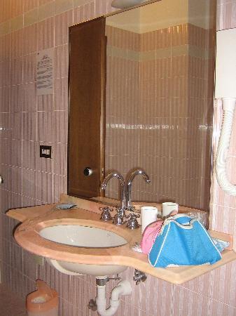 Albergo Rondo: Lavabo bagno in camera