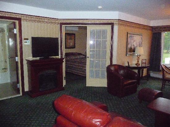 Les Suites de Laviolette: chambre de luxe avec foyer