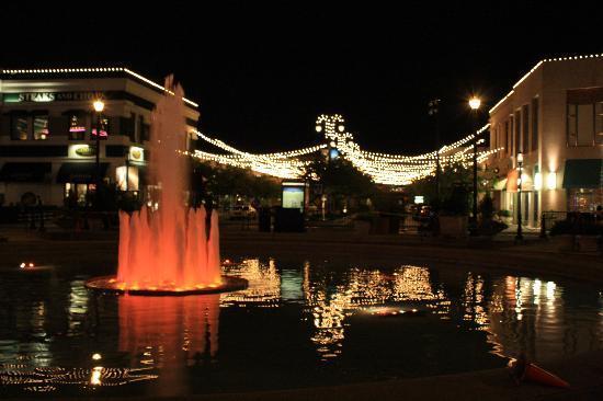 Hilton Columbus at Easton: fountain at Easton Town Center