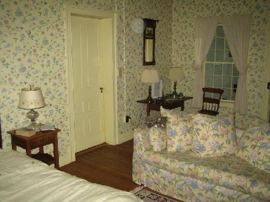 Bailey's Mills Bed and Breakfast: Bedroom sofa