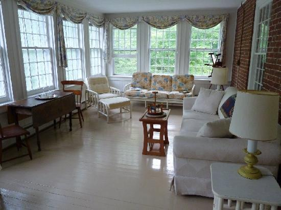Bailey's Mills Bed and Breakfast: Sunroom to honeymoon suite