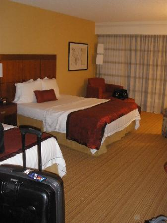 Courtyard by Marriott Salt Lake City Sandy: Our Room! LOTS of space!