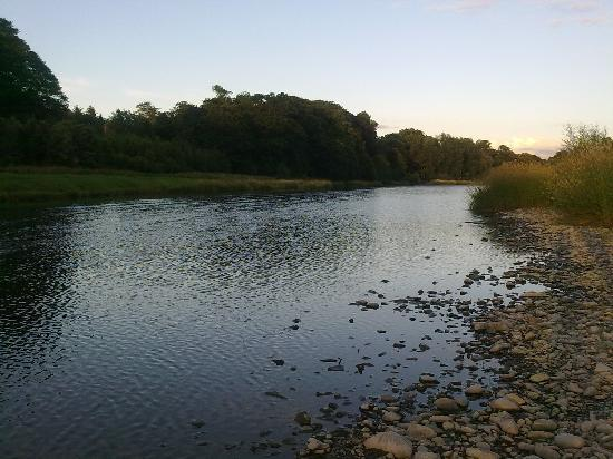 Bay Waverley Castle Hotel: The river Tweed behind the hotel