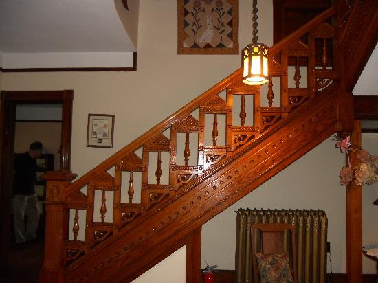 Riverside Bed & Breakfast : The staircase in the entry hall.