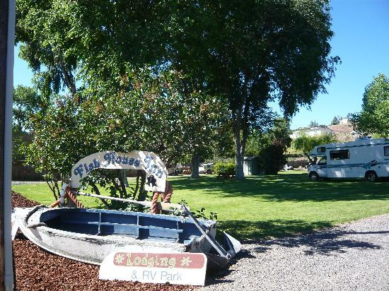 Fish House Inn and RV Park: Entrance to campground