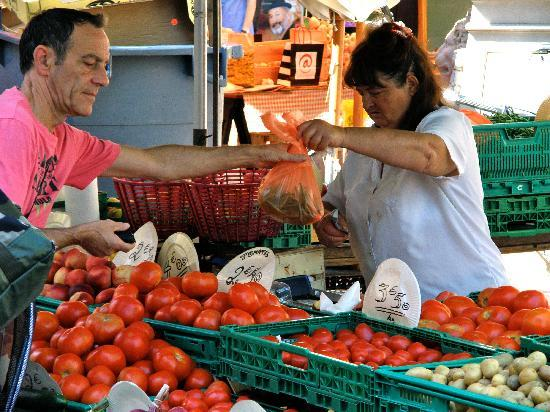 Au Royal Hotel : The Saturday market in Place Carnot