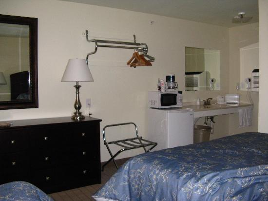 Wells - Ogunquit Resort Motel & Cottages : Kitchen and sink area