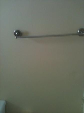 Bahia Beach Hotel: The towel bar is falling off of the wall.