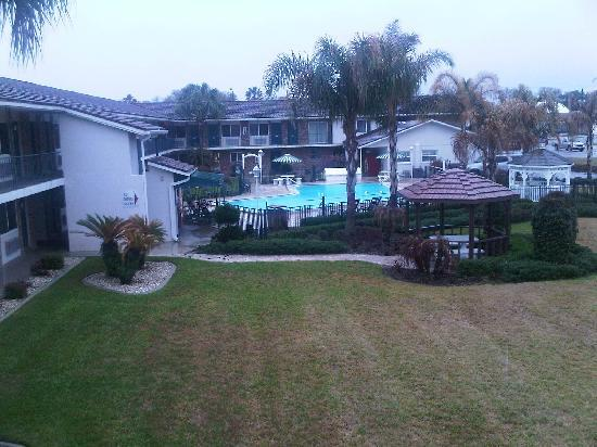 "Magnuson Hotel Zephyrhills: Lookin"" at the pool area from our room."
