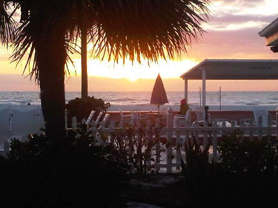 Miramar Beach Resort: Beautiful sunset looking past the pool