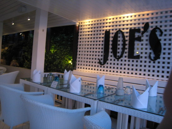 Joe's Downstairs: Joe's restaurant decor is white and blue