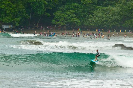 JavaCove Beach Hotel: On a good day surf to the next bay!