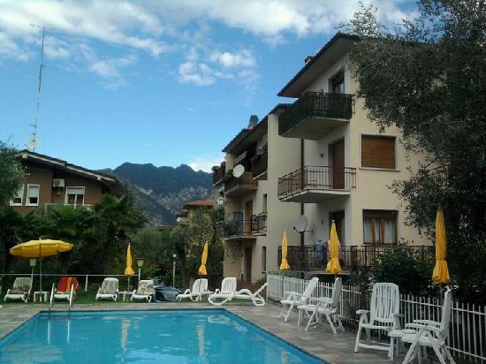 Hotel Garni Ischia: The pool and sun deck